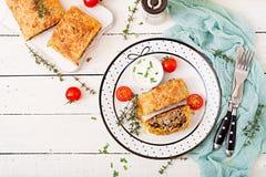 开胃果馅奶酪卷用剁碎的牛肉、葱和草本 免版税库存图片
