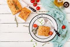 开胃果馅奶酪卷用剁碎的牛肉、葱和草本 免版税库存照片