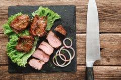 开胃格栅膳食 Kebab在木桌上服务 免版税库存照片