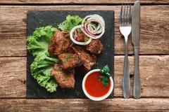 开胃格栅膳食 Kebab在木桌上服务 库存照片