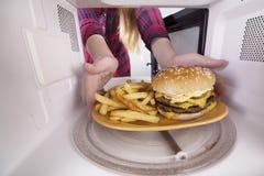 开胃汉堡包和油炸物在板材在微波里面 库存照片
