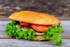 开胃汉堡包用油炸物,在木切板的啤酒 免版税库存照片