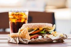 开胃汉堡和冷的饮料 库存图片