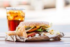 开胃汉堡和冷的饮料 免版税库存图片