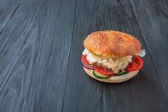 开胃汉堡在快餐餐馆 图库摄影