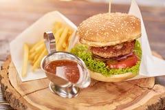 开胃汉堡用双重肉 免版税库存图片