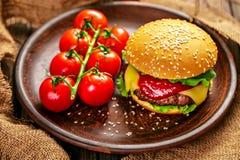 开胃汉堡用在桌上的蕃茄 免版税库存照片