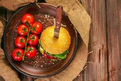 开胃汉堡用在桌上的蕃茄 库存图片