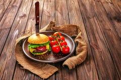 开胃汉堡用在桌上的蕃茄 图库摄影