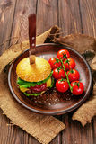 开胃汉堡用在桌上的蕃茄 免版税库存图片