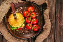 开胃汉堡用在桌上的蕃茄 库存照片