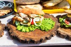 开胃汉堡用肉、乳酪和新鲜蔬菜在木头 库存照片