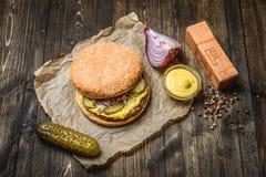 开胃汉堡用酱瓜 库存照片
