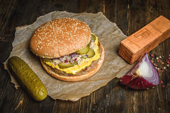 开胃汉堡用酱瓜 免版税库存图片