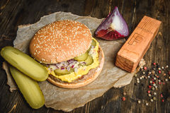 开胃汉堡用酱瓜 免版税库存照片