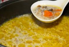开胃汤用蘑菇在慢烹饪器材烹调了 库存照片