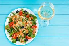 开胃沙拉大角度看法用虾,在丝毫的三文鱼 免版税库存图片