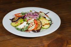 开胃沙拉用在一块白色板材的调味汁 免版税图库摄影