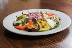 开胃沙拉用在一块白色板材的调味汁 免版税库存照片