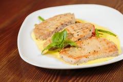 开胃沙拉用在一块白色板材的调味汁 免版税库存图片