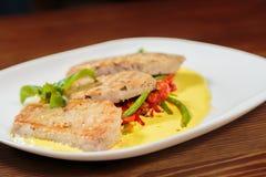 开胃沙拉用在一块白色板材的调味汁 图库摄影