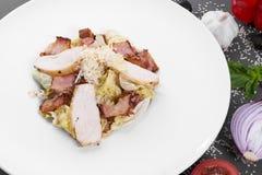 开胃沙拉用火鸡 用菜和芝麻装饰 免版税库存照片