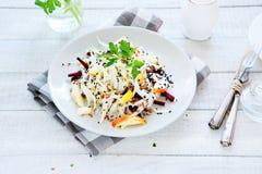 开胃沙拉用苹果、甜菜根和圆白菜 库存照片