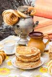 开胃油煎的薄煎饼和俄国式茶炊用百吉卷 免版税库存图片