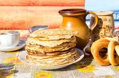 开胃油煎的薄煎饼和百吉卷在传统俄语期间 库存照片