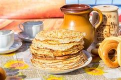 开胃油煎的薄煎饼和百吉卷在传统俄语期间 库存图片