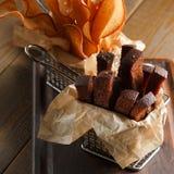 开胃油煎的金黄棕色油煎方型小面包片 库存照片