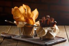 开胃油煎的金黄棕色油煎方型小面包片 图库摄影