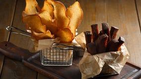 开胃油煎的金黄棕色油煎方型小面包片 免版税库存照片