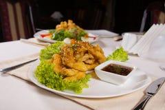 开胃油煎的主菜用在板材的辣调味汁 免版税库存图片