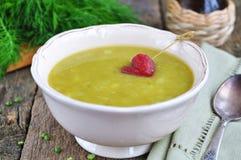 开胃浓豌豆汤用烟肉和香肠 免版税库存图片