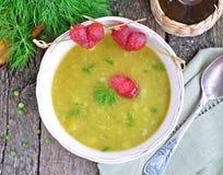 开胃浓豌豆汤用烟肉和香肠 免版税库存照片