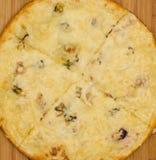 开胃火腿、乳酪和辣椒粉薄饼 免版税库存照片