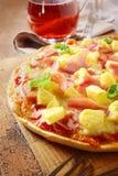 开胃火腿和菠萝意大利人薄饼 库存图片