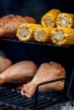开胃火鸡腿特写镜头在格栅的与玉米棒子 概念户外夏天野餐 免版税库存照片