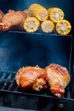 开胃火鸡腿特写镜头在格栅的与玉米棒子 概念户外夏天野餐 库存照片