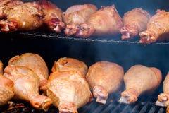 开胃火鸡鼓槌特写镜头在格栅的与烟 概念夏天野餐 免版税库存图片
