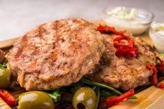 开胃炸鸡炸肉排,装饰用橄榄,胡椒,用调味汁 水平的框架 免版税库存照片