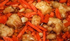 开胃炸鸡的图象片用与葱片的明亮的橙色红萝卜在向日葵油 库存照片