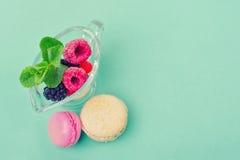 开胃点心用薄菏、蛋白杏仁饼干和新鲜水果 免版税库存照片
