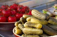 开胃烂醉如泥的罐装菜黄瓜和蕃茄 Sel 图库摄影