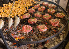 开胃烤或烤用卤汁泡的牛排和蘑菇o 免版税图库摄影