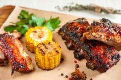开胃烤猪排用在木头的玉米 免版税图库摄影