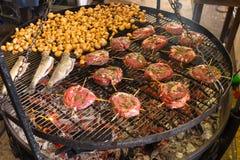 开胃烤用卤汁泡的牛排和蘑菇在热的格栅 图库摄影