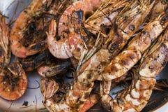 开胃烤皇家虾 在火炉的海鲜格栅,在街道食物市场上 库存照片