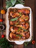 开胃烤箱烘烤了在烘烤盘的金黄小鸡腿 图库摄影